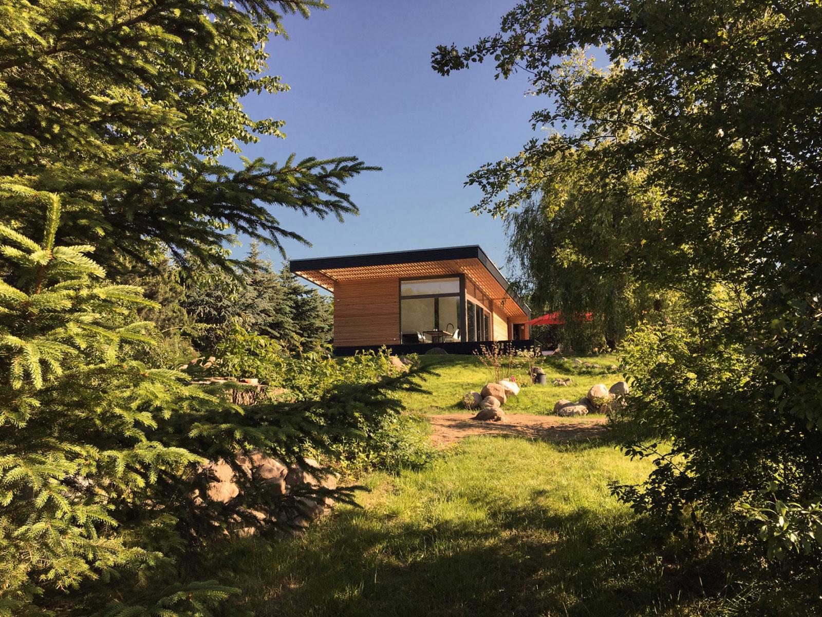 Fertighaus mit großzügige Terrasse mit Vordach.
