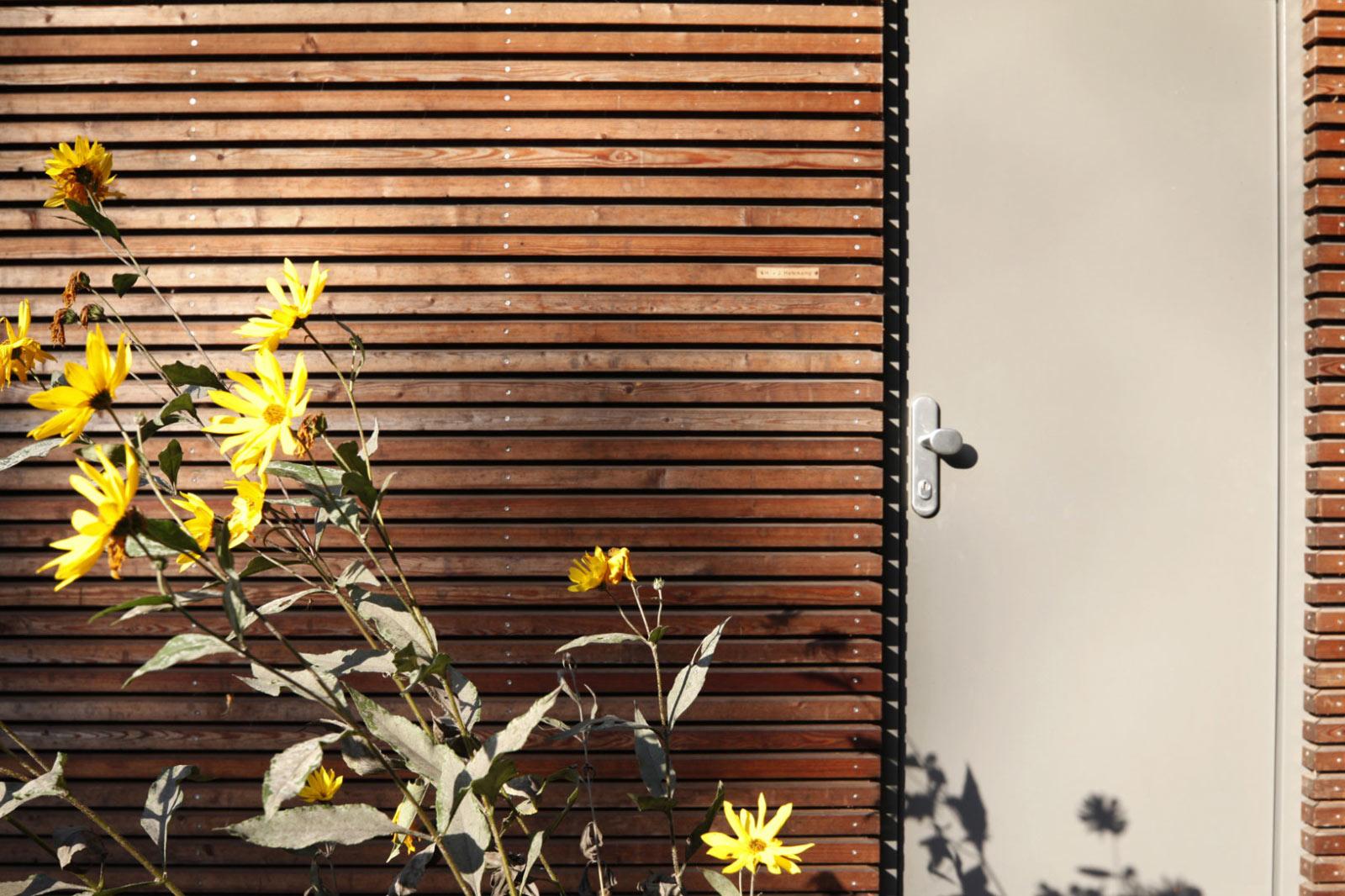 Eingang und Lärchenholzfassade am Designholzhaus in Fertigbauweise