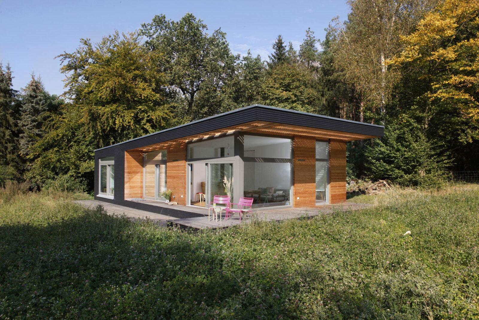 Holzhaus - helle Räume und eine überdachte Terrasse.