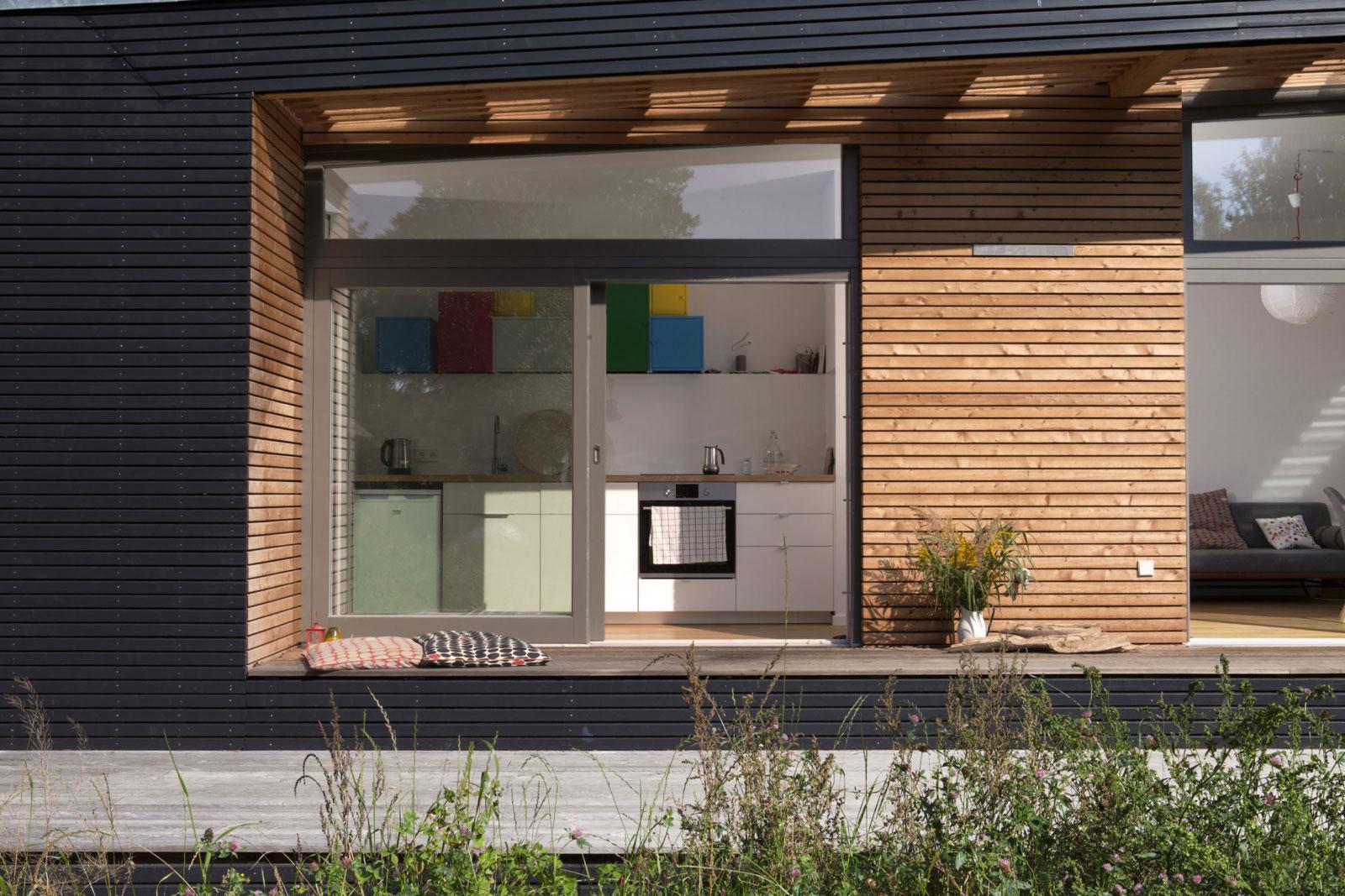 Große überdachte Terrasse macht Ihr Haus zum Erlebnis. Wohnen auf dem Holzdeck