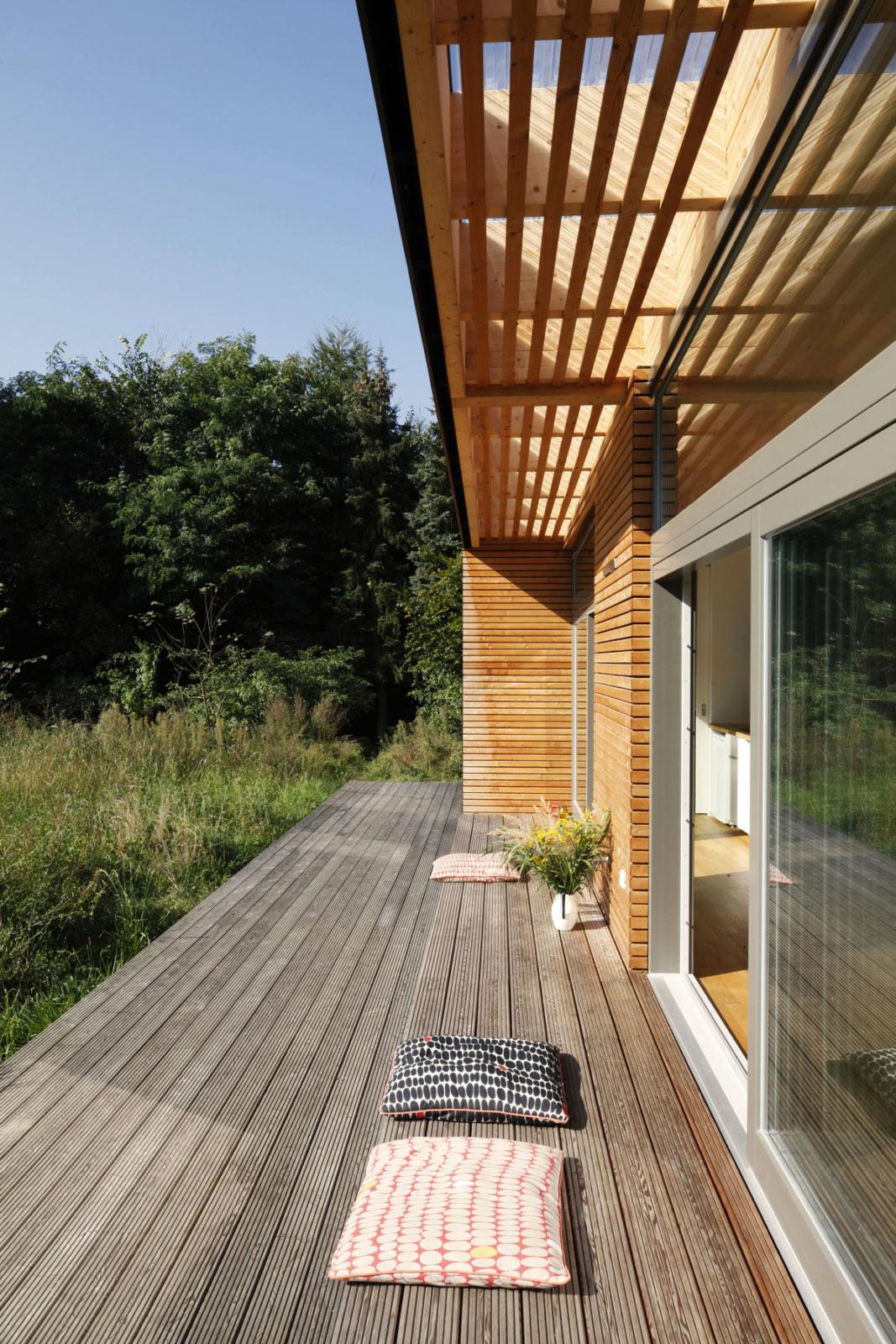 Vorgefertigte Terrasse mit Sitzmöglichkeit in Holzbauweise