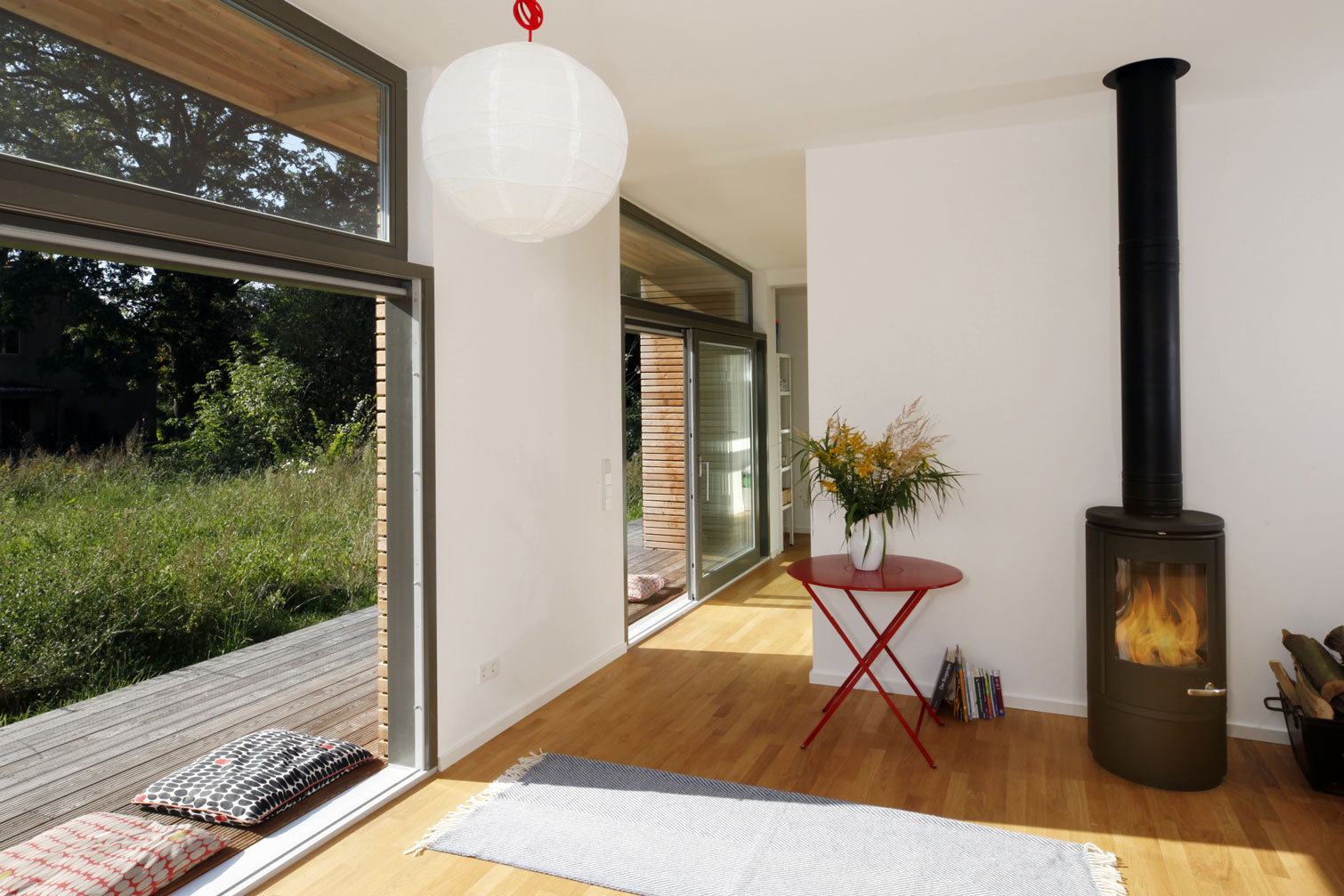 Modernes Fertighaus mit großzügiger Terrasse mit Vordach.