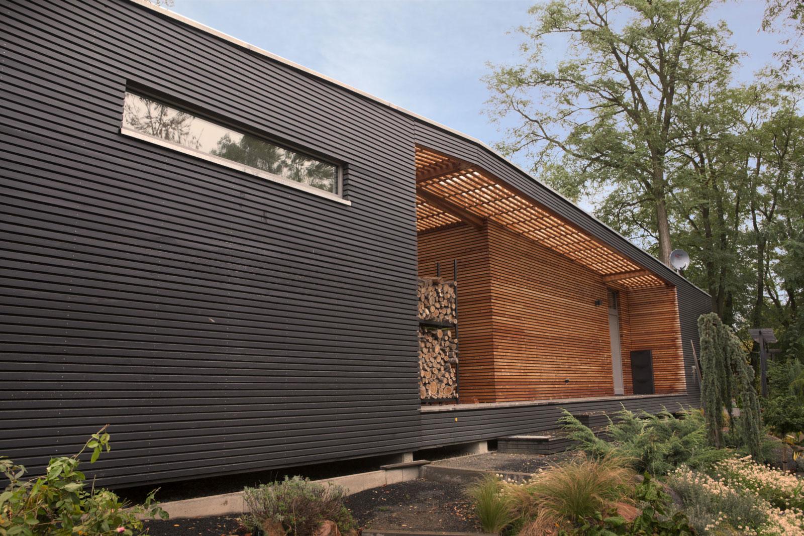Holzhaus mit grosser Terrasse